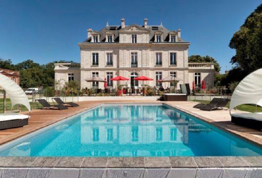 Le château de la Gressièreavec la piscine couverture